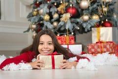 Leveransjulgåvor Gullig flicka för litet barn med xmas-gåva lyckligt nytt år den lyckliga lilla flickan firar vinter arkivbilder