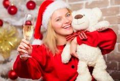 Leveransjulgåvor Parti för nytt år Le kvinnan som firar jul Glad jul och lyckligt nytt år Lyckligt royaltyfria bilder