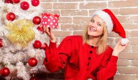 Leveransjulgåvor Parti för nytt år Lycklig flicka i den Santa Claus hatten Le kvinnan som firar jul glatt arkivfoto