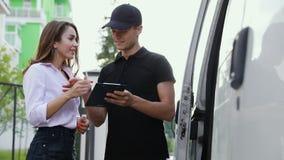 Leveranskurir Service Man som levererar packen till kvinnan stock video