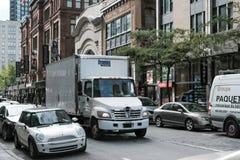 Leveranslastbil som ses i en upptagen nord - amerikansk stad arkivfoto