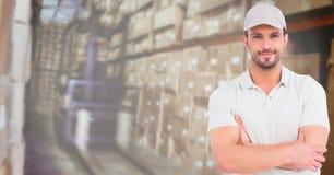 Leveransmän med hans händer vek i lagerhuset arkivbild