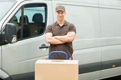 Leveransman med kartonger på spårvagnen Arkivfoto