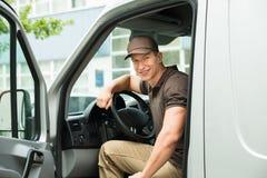 Leveransman som kör skåpbilen Fotografering för Bildbyråer