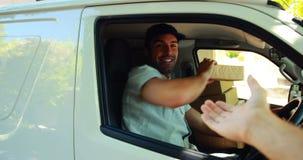 Leveransman som levererar en jordlott arkivfilmer