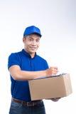 Leveransperson Asiatisk brevbärare med jordlottasken Post- leverans Fotografering för Bildbyråer