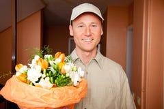 Leveranspojke med blommor på din dörr Fotografering för Bildbyråer