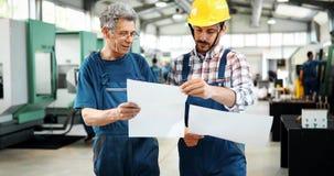Leverantör med teknikern som kontrollerar på produktion i fabrik royaltyfri foto