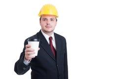 Leverantör, tekniker eller arkitekt som har ett avbrott för kaffekopp Arkivbild