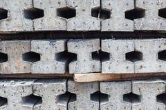 Leverantörer gör mellanslag för lagringen av färdiga konkreta pilings Arkivfoto