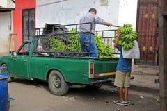Leverera bananer i den koloniala staden av Leon, Nicaragua Arkivfoton