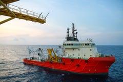 Leverera fartygoperationen som sänder någon last eller korg till frånlands- Stötta överföringen någon last till frånlands- fossil Royaltyfria Foton