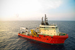 Leverera fartygoperationen som sänder någon last eller korg till frånlands- Stötta överföringen någon last till frånlands- fossil royaltyfri foto