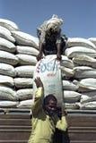 Leverera livsmedelsstöd för avlägset folk i östliga Etiopien Fotografering för Bildbyråer