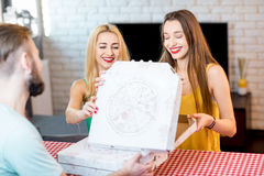leverera manpizza Royaltyfri Fotografi