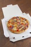 Levererad pizza i ask Arkivbilder