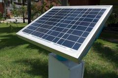 levererande energi för sol- cell till avkännaren för att övervaka fuktighet in royaltyfri bild