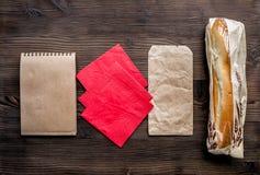 Levering die met document omhoog zakken en spot van de sandwich de hoogste mening wordt geplaatst Stock Afbeelding