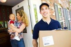 Levering: Mens die Pakket van Huis nemen stock foto
