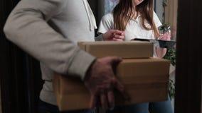 Levering, post, mensen en het verschepen concept - gelukkige mens die pakketdozen leveren aan klantenhuis stock video