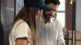 Levering, post, mensen en het verschepen concept - gelukkige vrouw die pakketdozen levert aan klantenhuis Het geven van klembord  stock video
