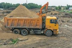 Levering van zand aan de bouwwerf door vrachtwagen royalty-vrije stock fotografie