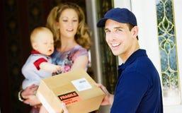 Levering: Vrolijke Mens die Pakket leveren aan Huis stock foto