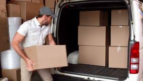 Leveringsbestuurder die zijn bestelwagen laden stock footage