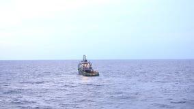 Leveringsboot die op het overzees drijven stock video