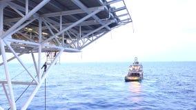 Leveringsboot die op het overzees drijven stock videobeelden