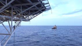 Leveringsboot die op het overzees drijven stock footage