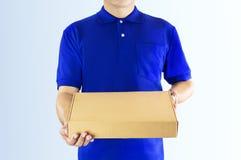 Leveringsmens in blauw eenvormig en het document van de handholding vakje voor delicatessenwinkel Stock Afbeelding