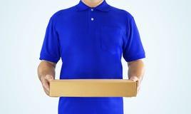 Leveringsmens in blauw eenvormig en het document van de handholding vakje voor delicatessenwinkel Stock Foto