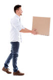 Leveringsmens die een doos dragen Stock Foto's