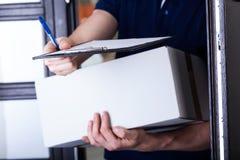 Leveringsmens die om een handtekening vragen Royalty-vrije Stock Foto's