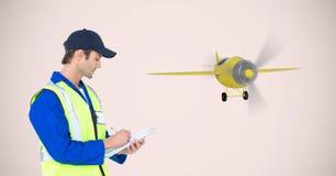 Leveringsmens die op klembord door vliegtuig schrijven Stock Fotografie