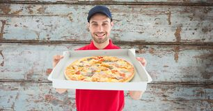 Leveringsmens die pizza tonen Stock Foto