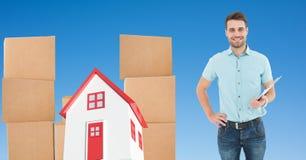 Leveringsmens door pakket en 3d huis Royalty-vrije Stock Fotografie