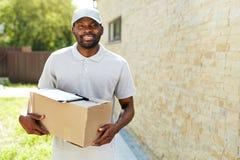 Leveringsmens Portret van Glimlachende Koerier With Box Package stock fotografie