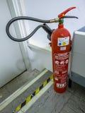 Leverkusen, Alemania - 6 de septiembre de 2018: Extintor listo para utilizar en sitio del servidor de la red de ordenadores Fotografía de archivo