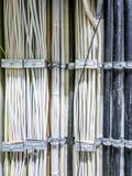 Leverkusen, Alemania - 6 de septiembre de 2018: Primer del cable de transmisión para un cuarto del servidor de la red de ordenado Fotos de archivo libres de regalías