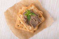 Leverpastei met crackers stock foto