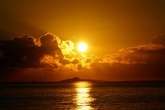 Levers de soleil au-dessus des îles de Kaohikaipu (noir/tortue) avec la lumière du soleil au sujet de Images stock