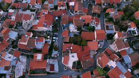 Levez-vous au-dessus des toits rouges du village authentique en Chypre centrale banque de vidéos