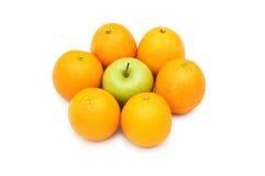 Levi in piedi fuori dalla folla con la mela e gli aranci Immagine Stock Libera da Diritti