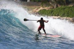 Levi in piedi in su la pala che pratica il surfing a Makaha Fotografia Stock Libera da Diritti