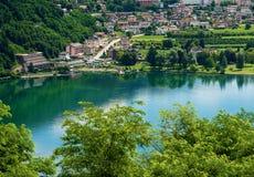 Levico Terme en het Meer - Trentino Italië royalty-vrije stock afbeelding