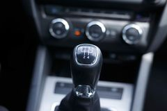 Levier de changement de vitesse d'une transmission manuelle de voiture photos libres de droits