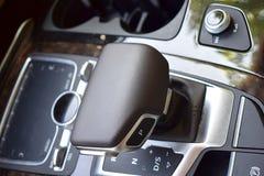 Levier de changement de vitesse dans une voiture moderne image libre de droits