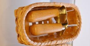 Levier woodan de couteaux d'huître dans le panier en osier image stock